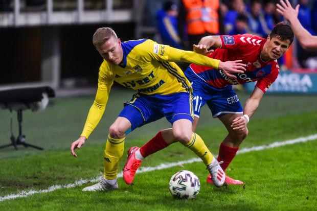 W meczu Arki Gdynia - Raków Częstochowa znów padło 5 goli, ale tym razem o jednego więcej strzelili rywale. Michał Kopczyński będzie musiał pauzować po 4. żółtej kartce, a Petr Schwarz (obaj na zdjęciu) ustalił wynik do przerwy, zaliczając gola i asystę.