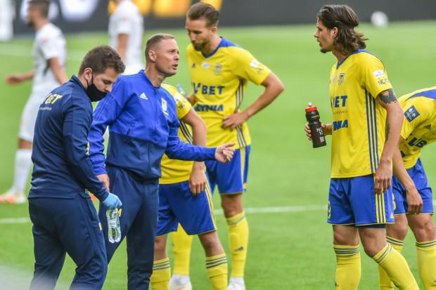 Mecz z Rakowem Częstochowa pokazał dwa różne oblicza Arki Gdynia w obu połowach. Słaba pierwsza, sprawiła, że żółto-niebiescy w drugiej musieli gonić wynik.