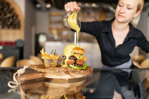 Specjalność Tex Mex - burger wołowy, oblewany serem. Bułki w restauracji Tex Mex są pieczone na miejscu, od podstaw.