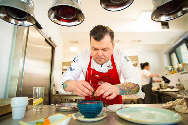 Szefem kuchni restauracji Spożywczy jest Adam Woźniak.