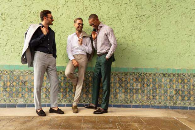 Nieco więcej swobodny dostarczymy sobie również odpowiednią koszulą. W biznesowych stylizacjach sprawdzi się biel i prążek, ale my więcej uwagi poświęcimy samym tkaninom.