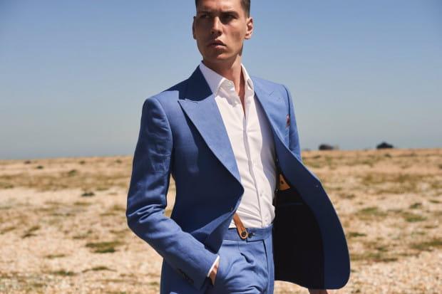 Len ma różne oblicza i nie musi kojarzyć się z wakacyjnym luzem. Niebieski garnitur z irlandzkiego lnu z powodzeniem sprawdzi się w biznesowym środowisku.