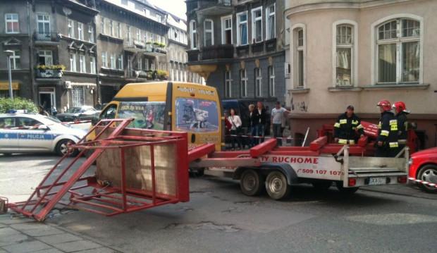 Przewrócony podnośnik hydrauliczny na ul. Wajdeloty.