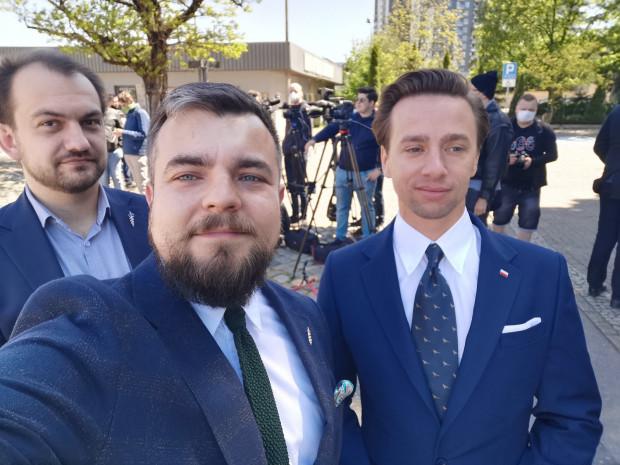 Michał Urbaniak (w środku), gdyński poseł Konfederacji, wspierał w kampanii Krzysztofa Bosaka.