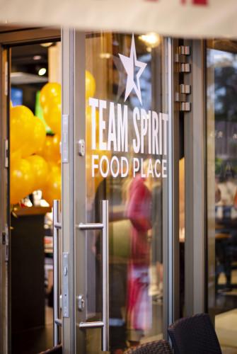 """W Team Spirit zamówienia przyjmowane są przy barze, a dania każdy odbiera sam z wybranej kuchni. Można zjeść na miejscu, w jednym z dwóch ogródków przy """"Monciaku"""" lub zabrać na wynos."""