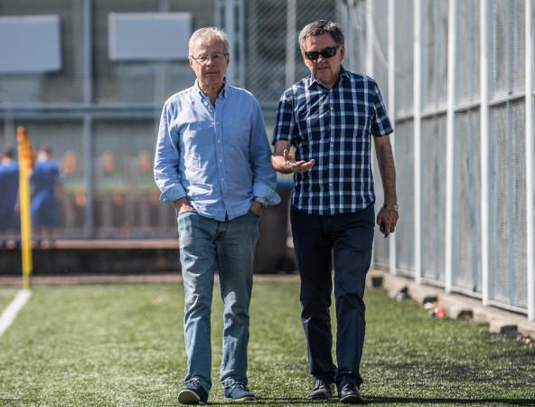 Michał Globisz (z lewej) odchodzi po 9 latach pracy z Arki Gdynia. 2 lata wcześniej uczynił to już Edward Klejndinst (z prawej). Obaj doradzali władzom klubu w sprawach sportowych w latach największych sukcesów żółto-niebieskich.