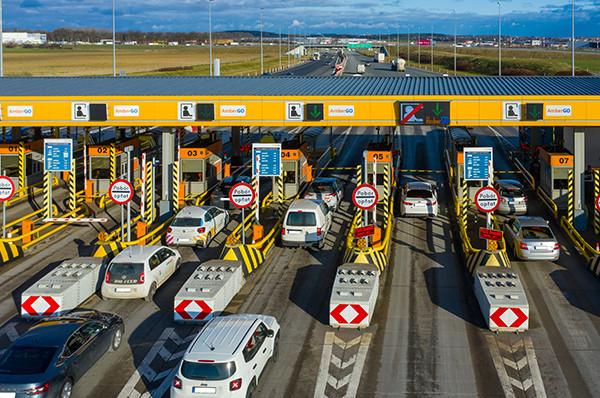 Nie można napisać, że bramki autostrady A1 są nieczytelnie oznakowane. Rozumiemy jednak, że dla osób, które z przejazdów autostradami korzystają rzadko, mogą stanowić problem.