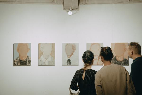 Obecnie możemy zwiedzać większość muzeów i galerii w Trójmieście. Na zdjęciu wernisaż wystawy Magdaleny Król - wszystko miało być zupełnie inaczej.