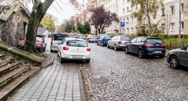 Parkowanie na ul. Biskupa Dominika to często samowolka. Uderza w pieszych, którzy nie mogą korzystać z chodnika.