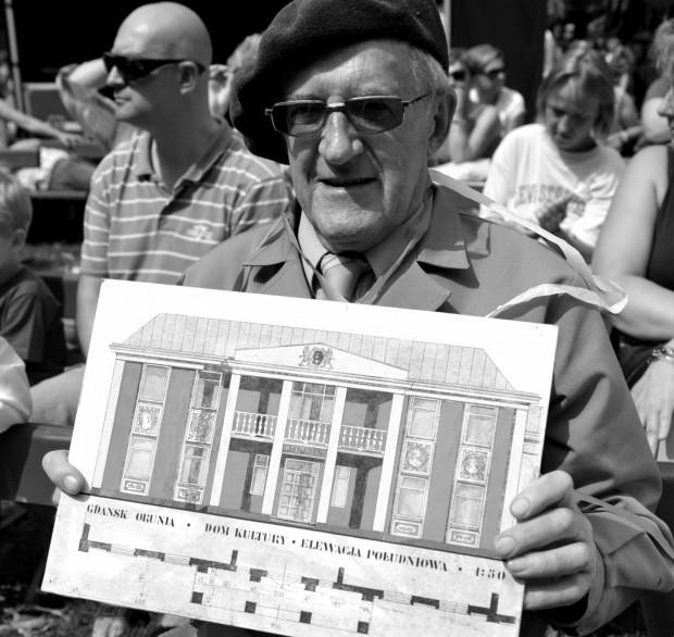 Stanisław Michel z projektem Domu Kultury na Oruni nazywanego Dworkiem Artura w ręku.