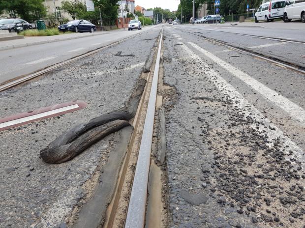 Rzut oka wystarczy, by ocenić, w jakim stanie znajduje się jezdnia w bezpośrednim sąsiedztwie torowiska na ul. Mickiewicza.