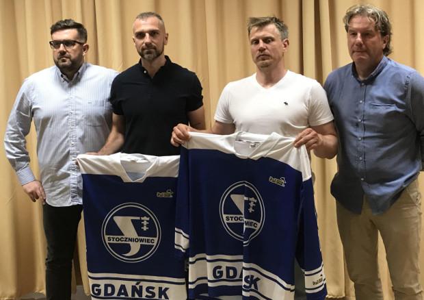 Mateusz Rompkowski (drugi od lewej) podpisał ze Stoczniowcem kontrakt aż na 5 lat. Pierwszy od lewej prezes Maciej Turnowiecki, po prawej Josef Vitek i trener Krzysztof Lehmann.