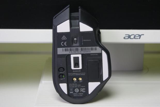 Spód Razer Basilisk Ultimate jest dość... bogaty. Znajdziemy tutaj skrytkę na odbiornik USB, przycisk synchronizacji oraz włącznik, a także ciekawą rolkę...