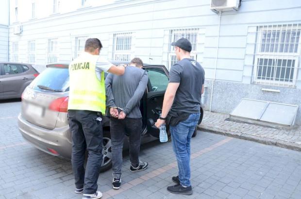Dwóch z trzech zatrzymanych mężczyzn zostało tymczasowo aresztowanych.