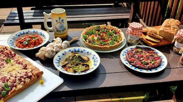 Kaszubskie dania zawsze były przyrządzane z produktów regionalnych, odpowiednich dla danej pory roku. To przede wszystkim ryby, drób, ziemniaki, brukiew, wieprzowina, suszone grzyby i owoce, a także mąka, z której przyrządzało się tradycyjne wypieki.