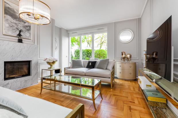 Przykładem luksusowego apartamentu jest oferta nieruchomości zlokalizowanej w Orłowie, w kompleksie apartamentowym Prokom Park.