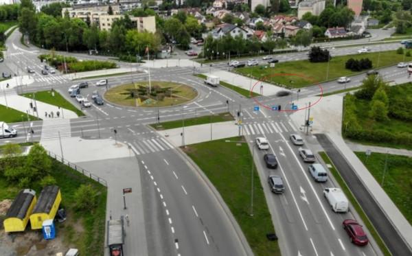 Na zdjęciu widać, że pasy prowadzą w większej części na pas zieleni niż chodnik.