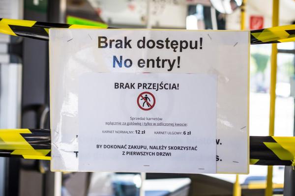 Zakazy i ograniczenia w komunikacji związane z pandemią muszą być powoli znoszone - uważają samorządowcy.