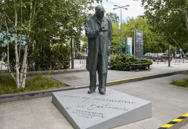 Pomnik Władysława Bartoszewskiego w Sopocie stoi już od piątku, natomiast w niedzielę zostanie oficjalnie odsłonięty.