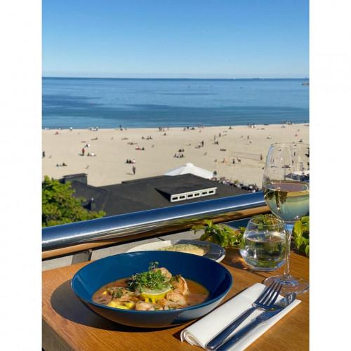 Z tarasu restauracji Vinegre rozciąga się przepiękny widok na plażę i gdyńską marinę.