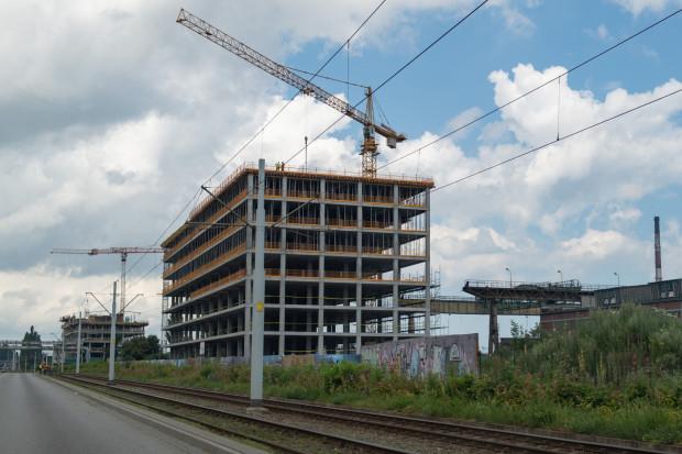 Budowa dwóch biurowców przy Marynarki Polskiej idzie niemal łeb w łeb. Wygląda na to, że to w tej lokalizacji deweloperzy będą najbardziej konkurować o klientów.