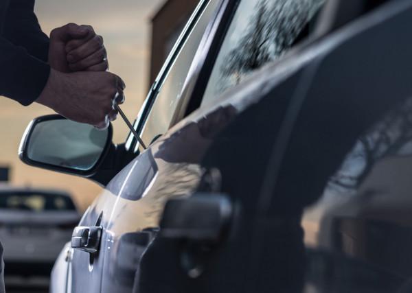 Mężczyzna na widok policji odrzucił tzw. łamak. Zdjęcie ilustracyjne.