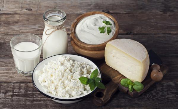 Jeśli zależy nam na białku z nabiału, najlepiej wybrać chudy lub półtłusty twaróg, serek wiejski, jogurt naturalny lub typowo proteinowy skyr bądź kefir.