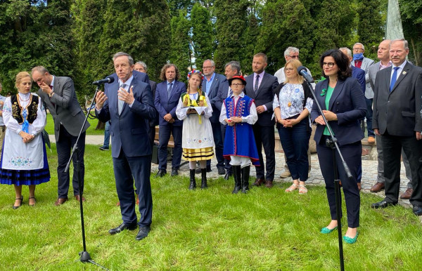 Podczas poniedziałkowej konferencji w Kartuzach, marszałek Senatu Tomasz Grodzki (po lewej str.), podkreślał, że rozdawanie przez rząd pieniędzy w ramach tarczy samorządowej jest  bezprawne, bo ustawa w tej sprawie jeszcze nie weszła w życie.