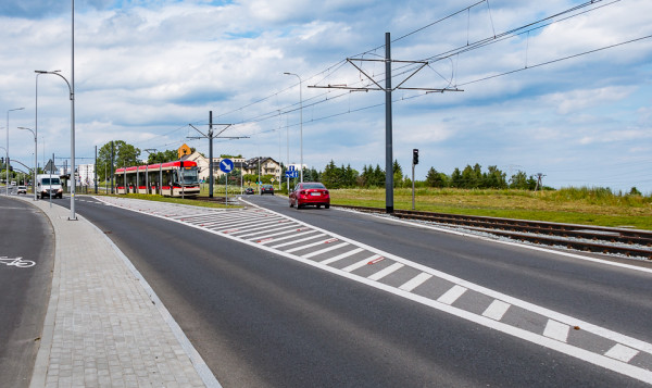 Tramwaje na al. Adamowicza muszą pokonać aż dziesięć sygnalizacji świetlnych oraz objeżdżać za każdym razem pętlę tramwajową.