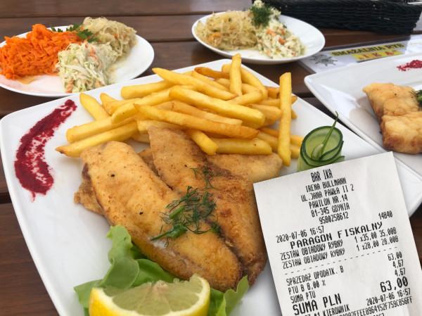 Odwiedziliśmy smażalnię ryb Ika w Gdyni. Za dwa zestawy rybne (jeden z filetem z flądry i frytkami za 28 zł, drugi z filetem z dorsza i pieczonymi ziemniakami za 35 zł, plus do każdego zestawu miks trzech surówek) zapłaciliśmy łącznie 63 zł.