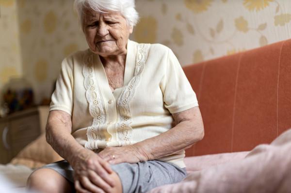 Do 75-letniej kobiety zadzwonił mężczyzna, który poinformował, że trwa obława na przestępców, którzy mogą się do niej włamać i wysadzić blok. Seniorka oddała oszczędności. Zdjęcie ilustracyjne.
