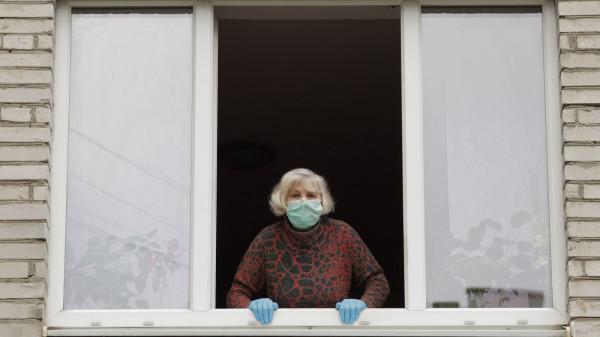 Kobieta usłyszała, że na klatce są przestępcy, i wyrzuciła przez okno 15 tys. zł. Zdjęcie ilustracyjne.
