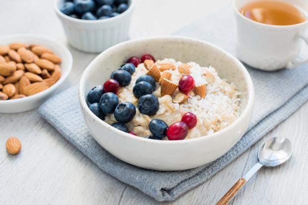 Często komponujemy posiłki ze zdrowych produktów, ale ich skład i tak pozostawia wiele do życzenia. Np. gotujemy owsiankę na mleku ryżowym, dodajemy owoce i... koniec. W ten sposób w posiłku mamy jedynie śladowe ilości białka z płatków owsianych. Warto zatem dodać mleko sojowe (jest bogatsze w białko niż ryżowe) i jakieś orzechy lub nasiona. W ten sposób owsianka będzie bardziej sycąca i bardziej obfitująca w proteiny.