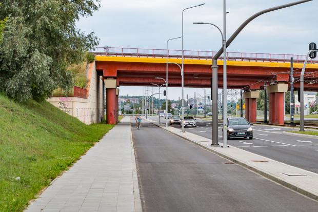 Szeroka droga rowerowa to niewątpliwie zaleta al. Adamowicza z punktu widzenia rowerzystów.