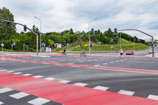 Na skrzyżowaniu z ul. Kartuską środkowy pas ruchu służy do wykonywania skrętu w lewo z obu kierunków.