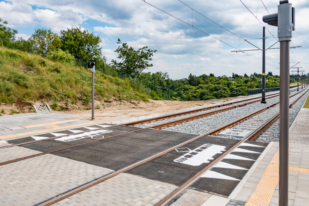 Sygnalizatory ostrzegawcze zamiast kolejnej pełnej sygnalizacji nie wstrzymują ruchu tramwajów przed przejściami.