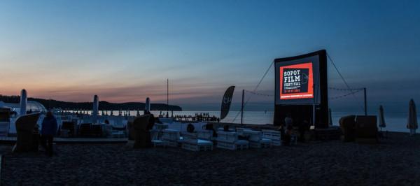 20. Sopot Film Festival to przede wszystkim pokazy plenerowe w przestrzeni miejskiej. Filmy obejrzymy w tym roku m.in. na Sopockim Rynku czy na terenie Hipodrom Sopot. Jubileuszowa edycja imprezy potrwa aż dwa tygodnie.