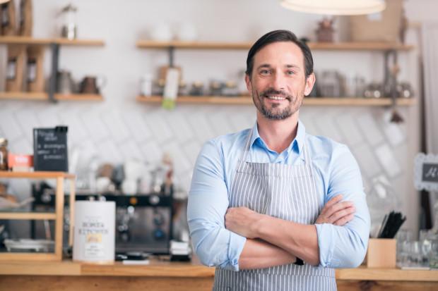 Unijna Podwyżka Płynnościowa to wsparcie dla lokalnych mikro, małych i średnich firm. Przedsiębiorca nie ma obowiązku wnoszenia wkładu własnego, a na spłatę zobowiązań ma aż pięć lat.