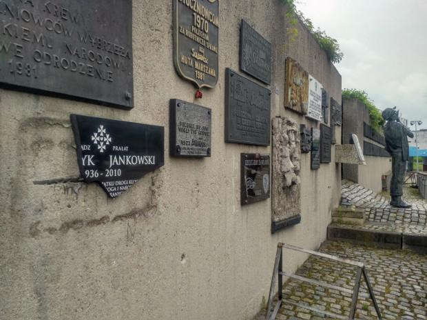 Zniszczona tablica poświęcona ks. Jankowskiemu.