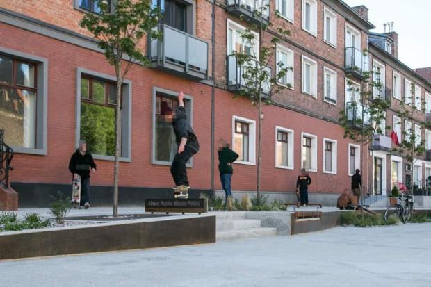 Ze skweru przy ul. Podmłyńskiej także próbowano pozbyć się miłośników jazdy na deskorolce.