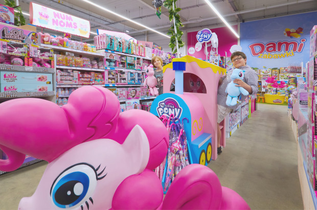 Sklep DAMI to świat zabawek stworzony z myślą o dzieciach. Najmłodsi klienci mogą za darmo spędzić czas w kilku strefach zabaw. Ogromna przestrzeń, bo licząca aż 1,2 tys. m kw., stylizowana jest na kolorową, pełną niespodzianek dżunglę.