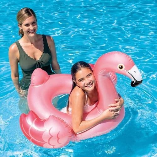 Jedną z chętnie wybieranych rozrywek dla najmłodszych są dmuchańce, czyli doskonałej jakości dmuchane zabawki i akcesoria, które sprawdzą się w wodzie i na piasku. W ofercie m.in. kółka do pływania w różnych kształtach i kolorach.