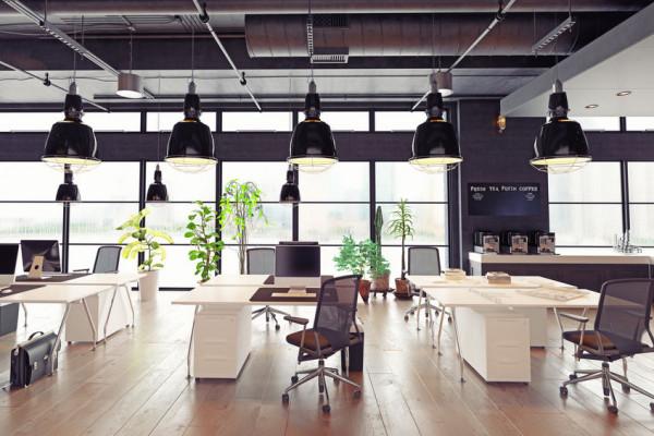 Chociaż mogłoby się wydawać, że pandemia koronawirusa zmniejszy popularność przestrzeniami do pracy współdzielonej, to firmy z branży coworkingowej w ostatnim czasie odnotowują rosnące zainteresowanie tego rodzaju usługami.