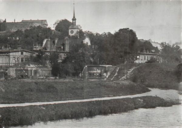 Brama Oruńska, za nią kościół Zbawiciela i po lewej fragment zabudowy szpitala św. Gertrudy.