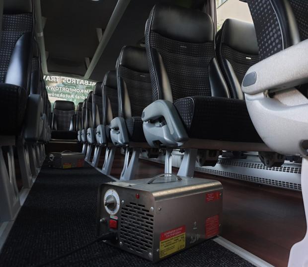 Wszystkie pojazdy firmy Albatros Travel są ozonowane po każdym kursie. Taki zabieg zapewnia eliminację praktycznie wszystkich wirusów i bakterii. Na zdjęciu widoczny generator do wytwarzania ozonu.