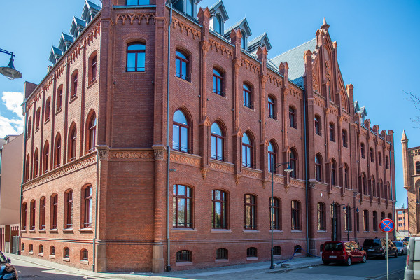 Wyremontowany budynek przy ul. Lastadia 41 stał się siedzibą kilku wydziałów Urzędu Miejskiego w Gdańsku.