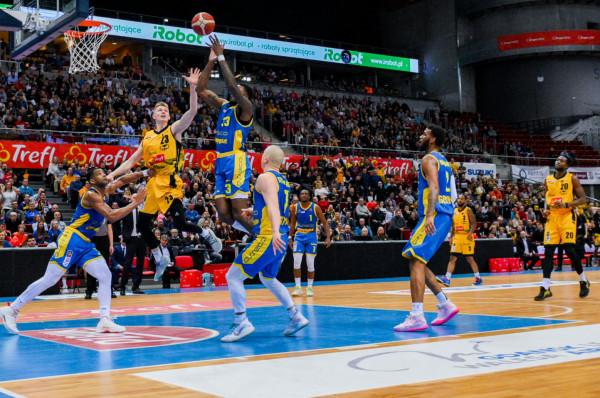 W kolejnym sezonie EBL będziemy oglądać koszykarzy Trefla Sopot (żółto-czarne stroje) i Asseco Arki Gdynia (żółto-niebieskie).