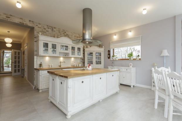 Jasne, drewniane meble i obszerne kuchnie to jedne z charakterystycznych elementów stylu prowansalskiego we wnętrzach.