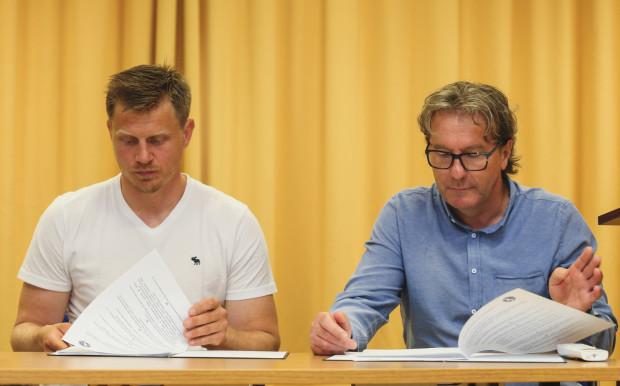 Krzysztof Lehmann (z prawej, obok Josef Vitka) w najbliższym sezonie będzie pracował bez presji na wynik. Szkoleniowiec dostał 3 lata na budowę drużyny, która ma zadomowić się w Polskiej Hokej Lidze.