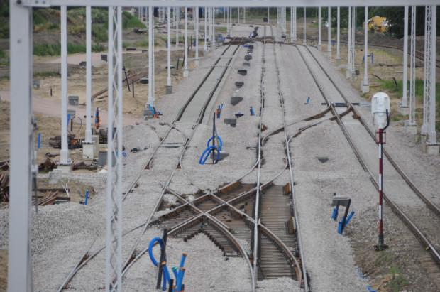 """Projekt PKP PLK """"Poprawa infrastruktury kolejowego dostępu do portu Gdańsk"""" zakłada m.in. przebudowę ponad 70 km torów, 13 przejazdów kolejowo-drogowych i przejść dla pieszych oraz wymianę 221 rozjazdów. Przebudowane będą obiekty inżynieryjne: 3 mosty, 2 wiadukty oraz 18 przepustów."""